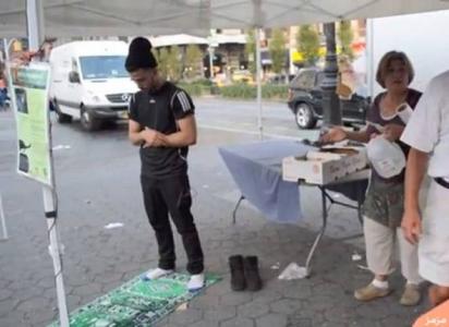 شاهد ماذا فعل الامريكان عندما صلى شاب مسلم امامهم في مكان عام !