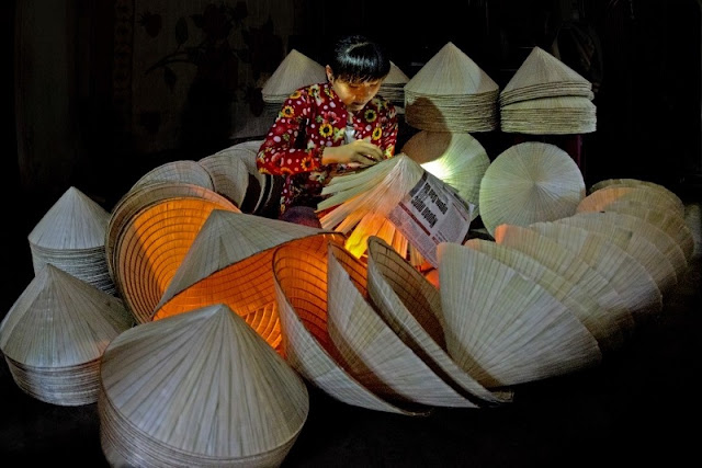 Top night market in Vietnam makes conical hats 2
