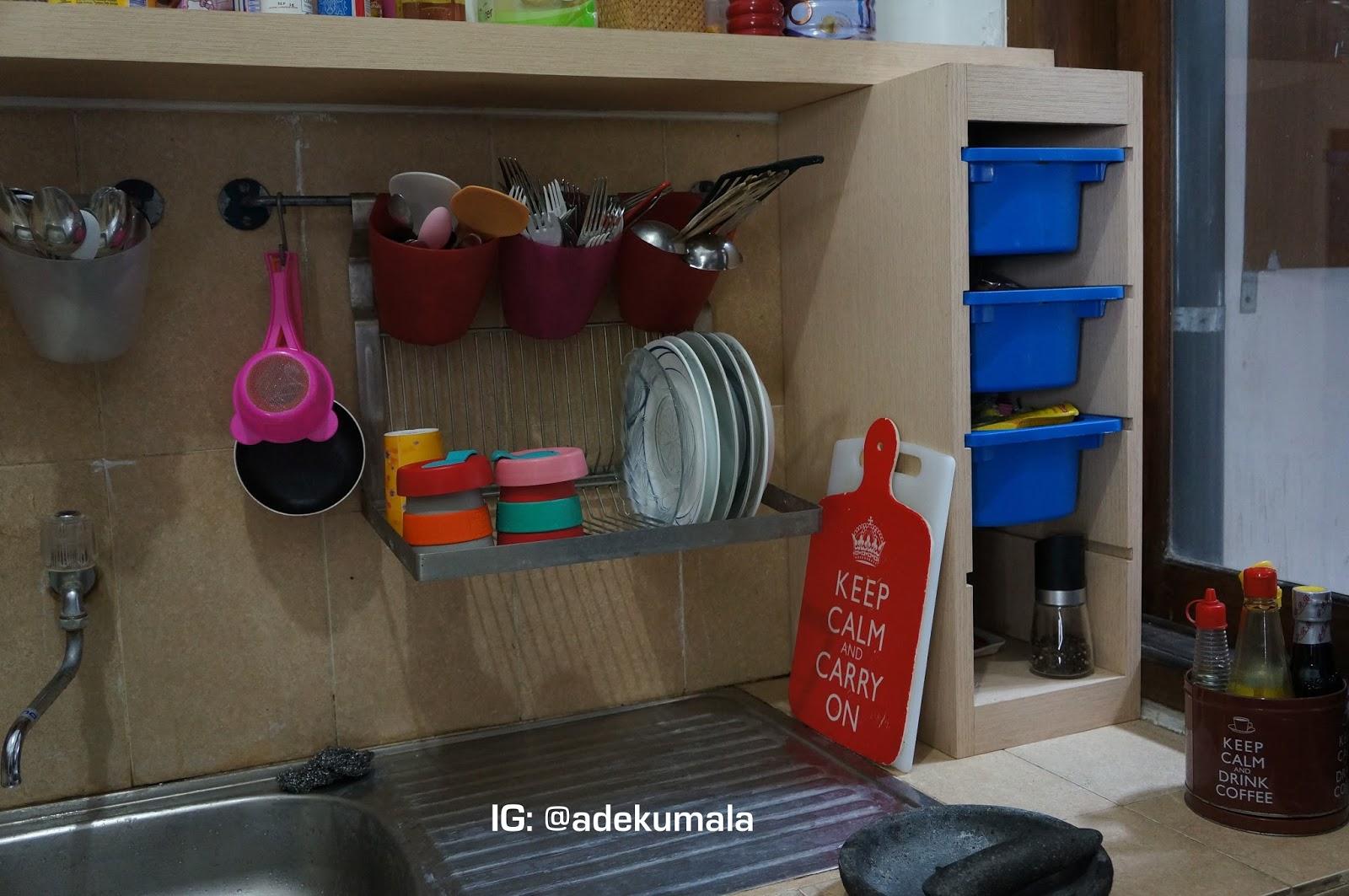 Untuk Rak Bu Susun Saya Beli Wadah Plastik Biru Itu Di Ikea Tara Raknya Minta Dibuatkan Tukang Beberapa Peralatan Dapur Sini Memang Punya