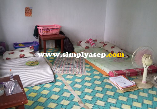 SEDERHANA : Ruangan atau kamar inilah yang ditempati istri selama 7 tahun terakhir ini. Kadang ditemani oleh rekannya sesama guru wanita. Foto Asep Haryono
