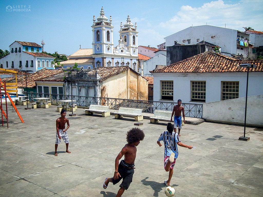 Chłopaki grające w piłkę w Salwadorze w Brazylii