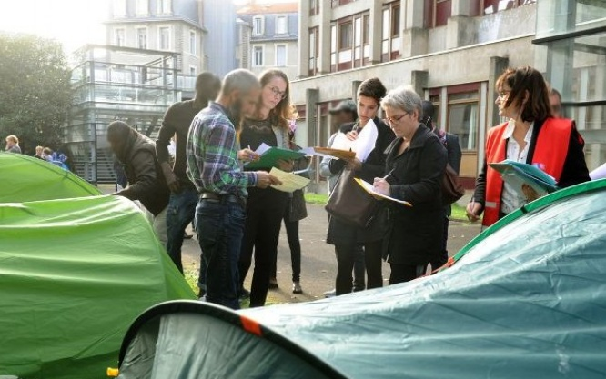 Migrants installés à la fac de letttre, visite d'une délégation de la préfecture. Photo Remi Dugne