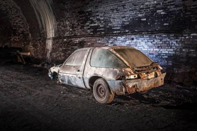 de vieilles voitures en train de pourrir dans un tunnel de liverpool l 39 assurance d 39 une vie. Black Bedroom Furniture Sets. Home Design Ideas