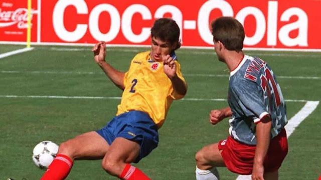 El defensor colombiano Andrés Escobar durante el partido entre Colombia y Estados Unidos en la Copa del Mundo 1994.