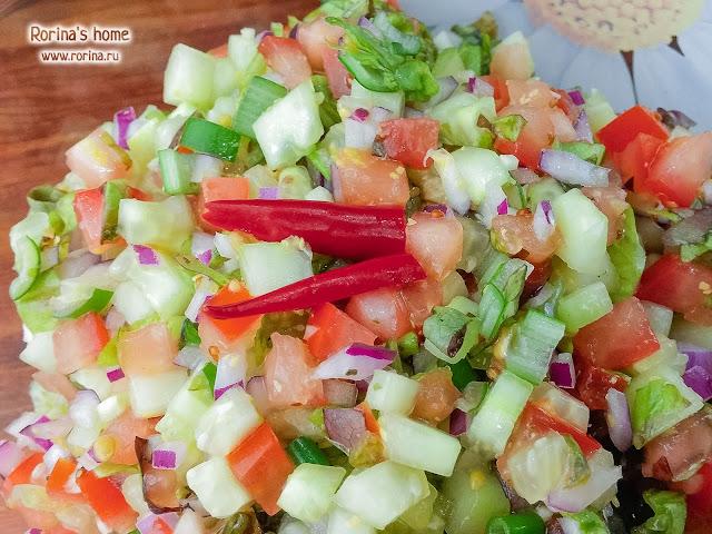 Помидоры, огурцы, лук, салат, заправка с горчицей