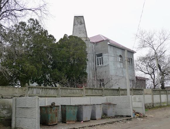 Белгород-Днестровский. Особняк Гармсена. 1936 г. Памятник архитектуры и мусорные баки возле него