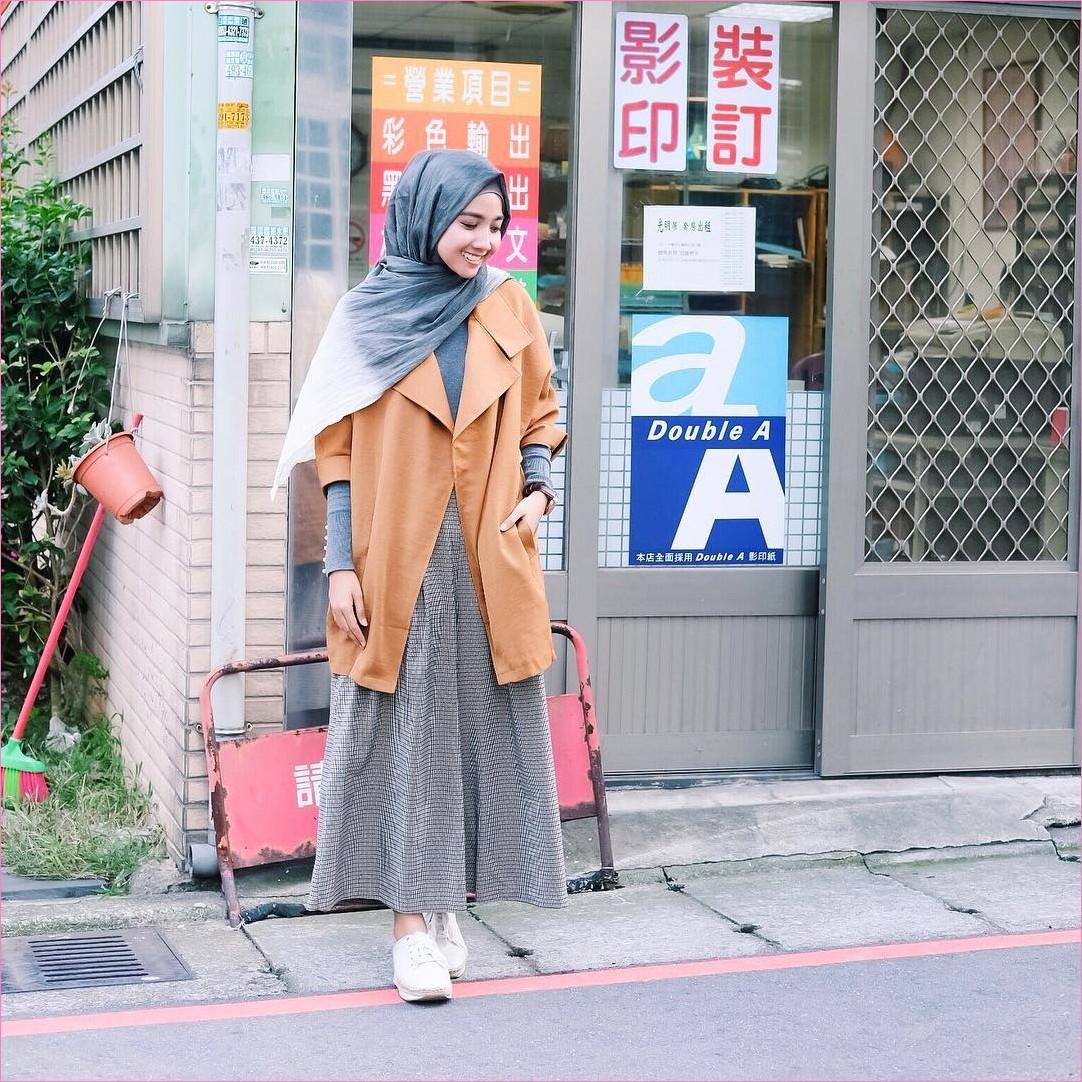 Outfit Rok Untuk Hijabers Ala Selebgram 2018 kets sneakers putih magset pashmina diamond abu sedang outer oren muda ciput rajut broomstick skirt coklat tua ootd trendy