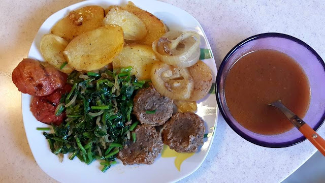 Meatballs, baked potatoes with spinach