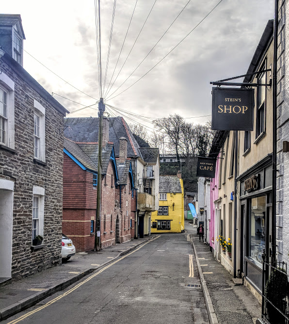 A Morning in Padstow : What to do with Kids  - colourful street