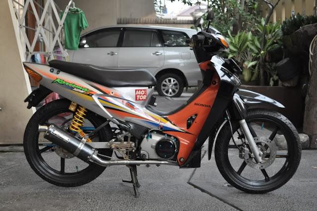 Foto Modifikasi Honda Kharisma bergaya Full Modif dengan sayap depan warna hitam dan orange stripping original Honda shockbreaker berwarna kuning sepasang spion knalpot merk Yoshimura carbon serta velg racing