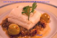 Bacalao sobre lecho de cebolla confitada y uvas
