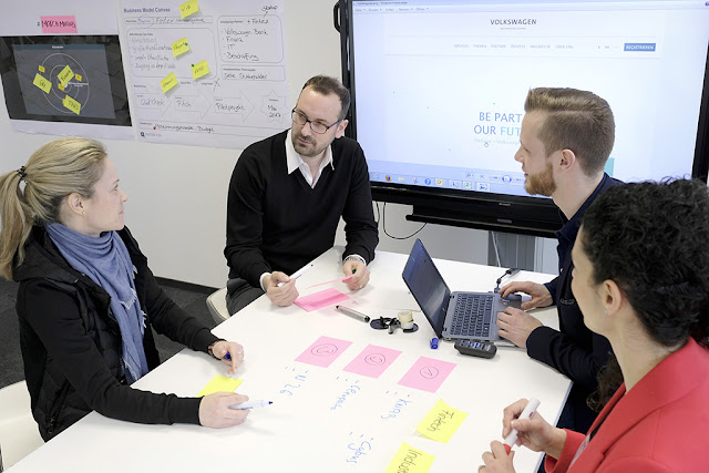 Image Attribute: Ideation Hub of Volkswagen Group IT: Intensive focus on a startup business idea – (from left) Dr. Jennifer Sarah Geffers, Head of Ideation Hub, with fellow colleagues Felix Scharf, Tim Weschpatat and Elena Mortellaro / DB2017AL00295 / Source: Volkswagen AG
