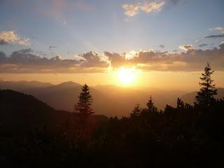 Die Sonne senkt sich übers Ammergebirge