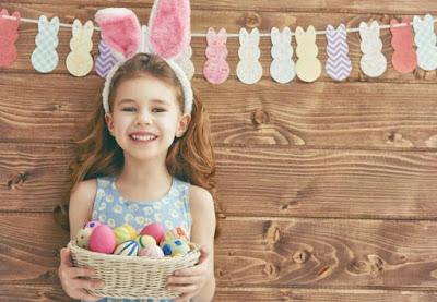 деца боядисват великденски яйца