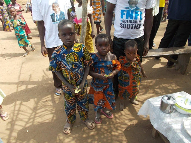 Drei Kinder aus dem Dorf im Busch Agba Wilga,  etwa 20 km zur nächstgelegenen medizinischen Klinik  und 30 km zum Krankenhaus in Tchamba.