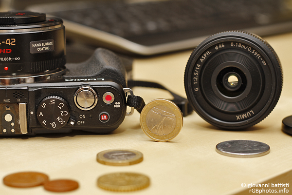 Fotografia del Panasonic G 14mm accanto alla GX1