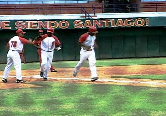 """0fd500ab5f4c3 El equipo de béisbol de Santiago de Cuba regresa a sus predios luego de la  breve gira que los llevó hasta el estadio """"Changa Mederos"""" de la capital  cubana y ..."""