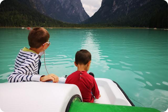 visitare il lago di dobbiaco con i bambini