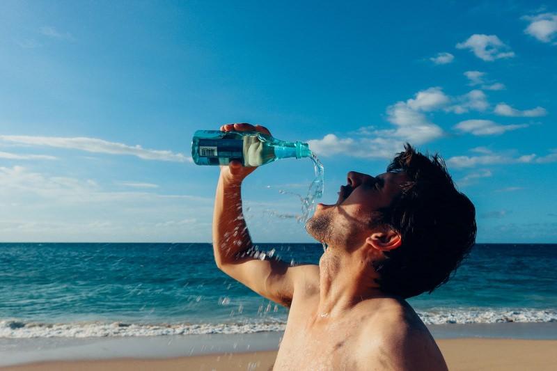 Jovem bebe água