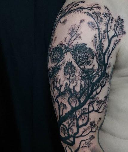 Crânio temáticos manga desenho de tatuagem. Tinta em preto, o crânio é formado com a ajuda de galhos de árvores e folhas de árvores na silhueta.