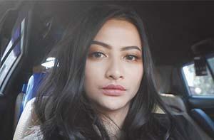Valeria Stahl di Dalam Mobil