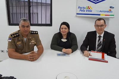 Tenente-Coronel Ely Jobson, Dra. Polyanne Farias, Delegada Regional e o Coordenador do Procon Caruaru, Dr. Nyverson Moura.