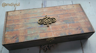 Caja de puros de madera con tinte y papel scrap