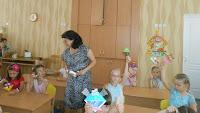 діти в садочку займаються виготовленням кижкових закладинок