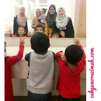 cermin besar, kaki selfie, kaki bergambar, bergambar di tandas