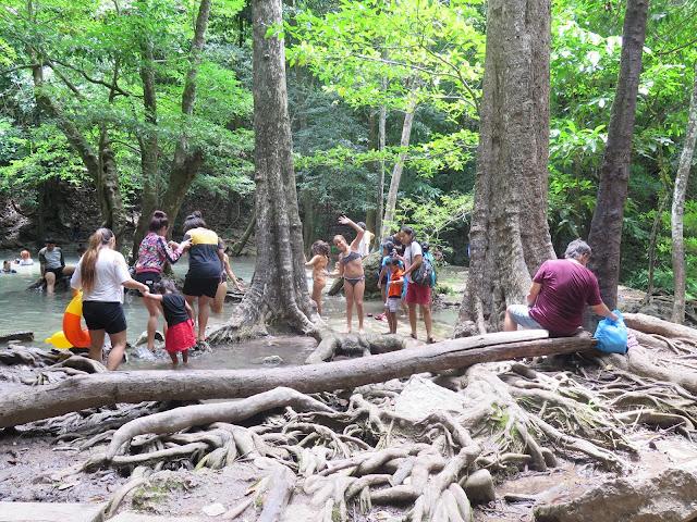Excursionistas en las Cascadas Erawan - Kanchanaburi