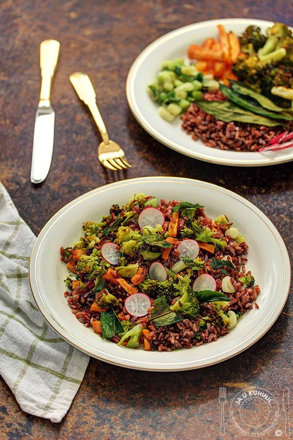 Crveni pirinač sa grilovanim povrćem