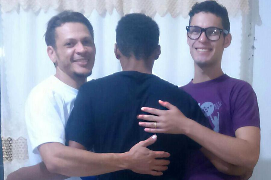 Casal adota adolescente que esperava há seis anos por uma família