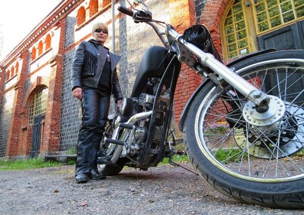 hd harley ladybiker biker harleylady bikerchic harrikka rakennettu moottoripyörä sporster