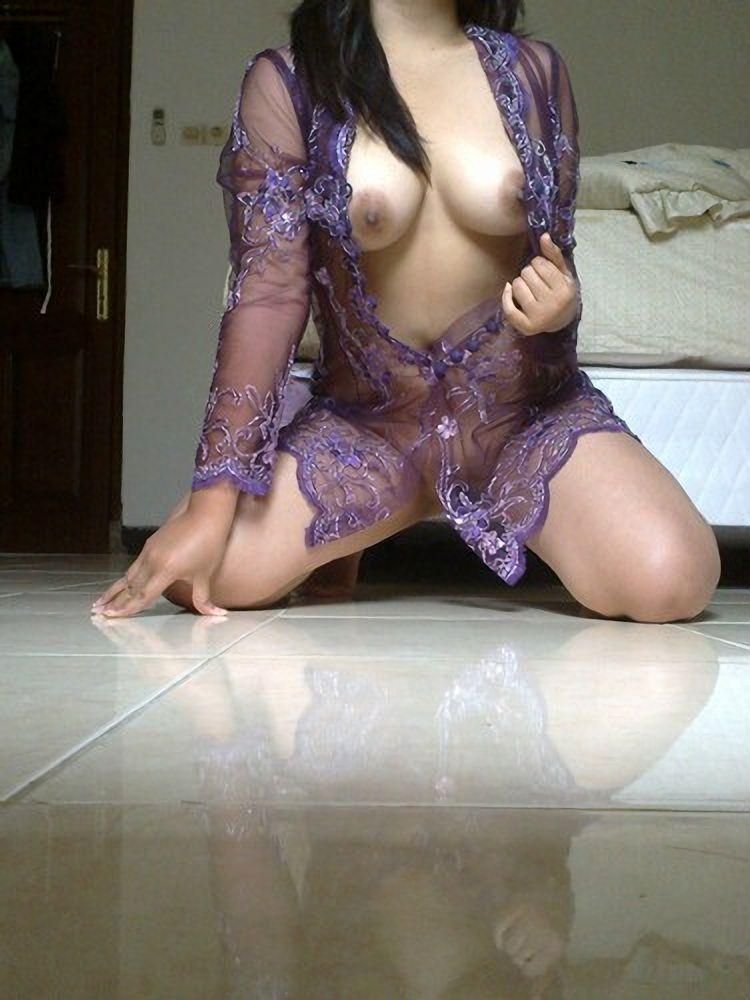 foto bugil cewek semok lagi telanjang di lantai. Gambar bokep cewek indo toket gede pamer memek jembut lebat.