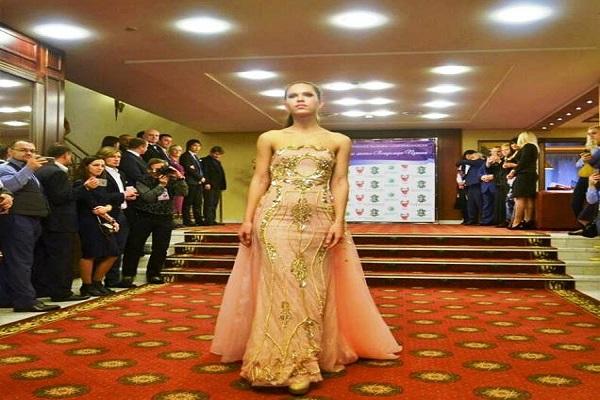 عرض أزياء منى المنصورى احتفالا بعيد ميلاد بوتين فى موسكو
