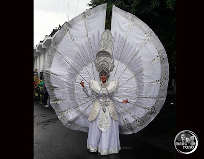 FOTO 1 : JEMBER Fashion Carnaval (JFC) 2016 dari DPD AKARI Provinsi Kepulauan Riau. Model Neng Chaca