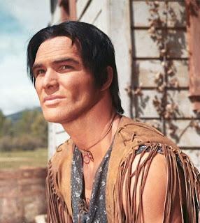 Fotograma con un primer plano de un joven y apuesto Burt Reynolds en el papel de Joe (Navajo)