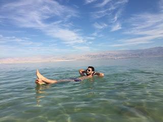 Yo flotando en el mar muerto
