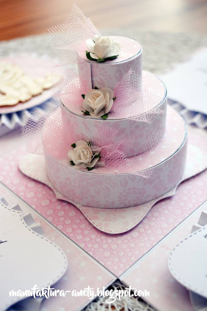 tort z papieru we wnętrzu pudełka