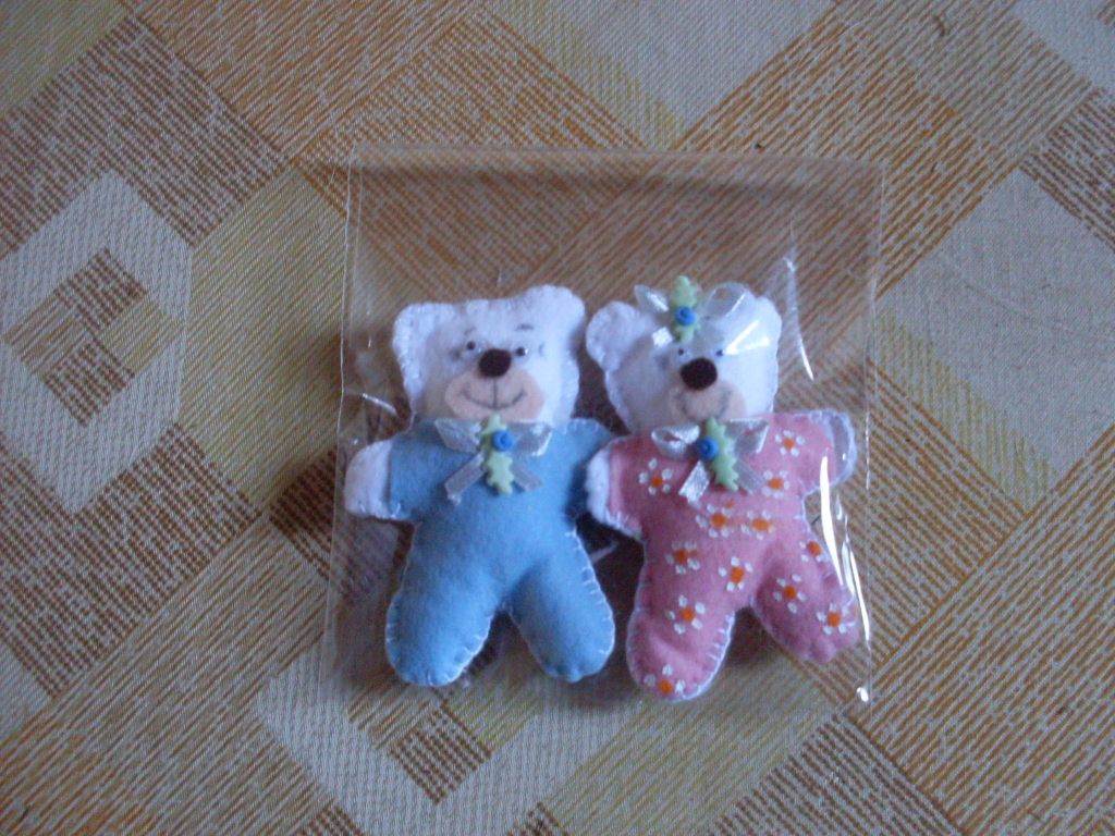 Esses ursinhos serão oferecido como lembrancinhas do nascimento da Julia e  do João. Que lindo um casal de gêmeos, né  Espero que gostem. Bjs b4fd33fa8d