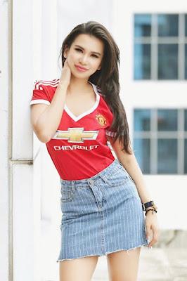 Maria Vania presenter manis fans dari Manchester United