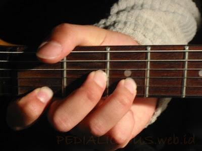 Cara Menekan Senar Chord D Minor untuk Gitaris Kidal