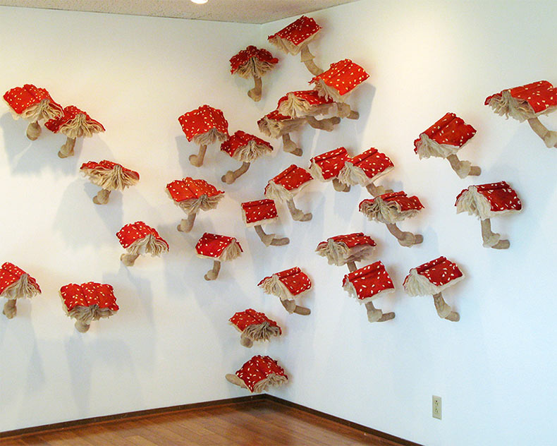 Instalación de hongos hechos de libros de Melissa Jay Craig