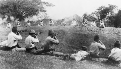 Foto Langka Tentara Jepang Latihan Menembak dengan Target Tawanan