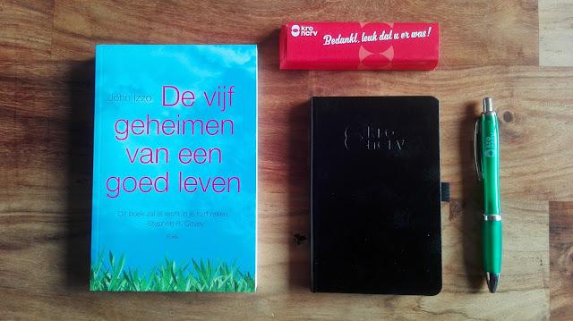 Dit is een foto van de inhoud van de goody-bag die ik kreeg als dank voor een interview over het blad Het Vermoeden. Het rode ding is een Chocolonely-chocoladereep.