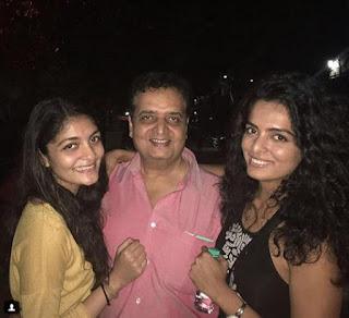 Foto Ruhi Chaturvedi dengan Ayah dan Saudarinya