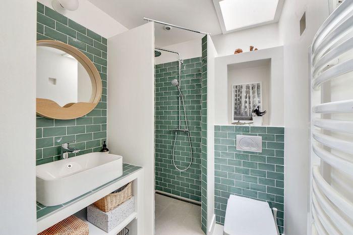 Baño con azulejos tipo metro y ducha de obra. Panel de LED en el techo imitando una claraboya