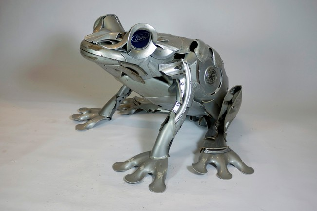 10-Frog-Ptolemy-Elrington-Hubcap-Creatures-and-other-Car-Parts-Animal-Sculptures-www-designstack-co