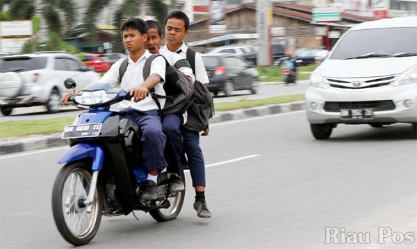 Anak Kecil Melayu Memandu Motor Tanpa Helmet
