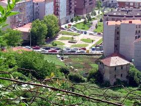 Ahora hay un aparcamiento de coches, la rubia tenia su huerto, gallinas. Todos los niñ@s se paraban a verlas.